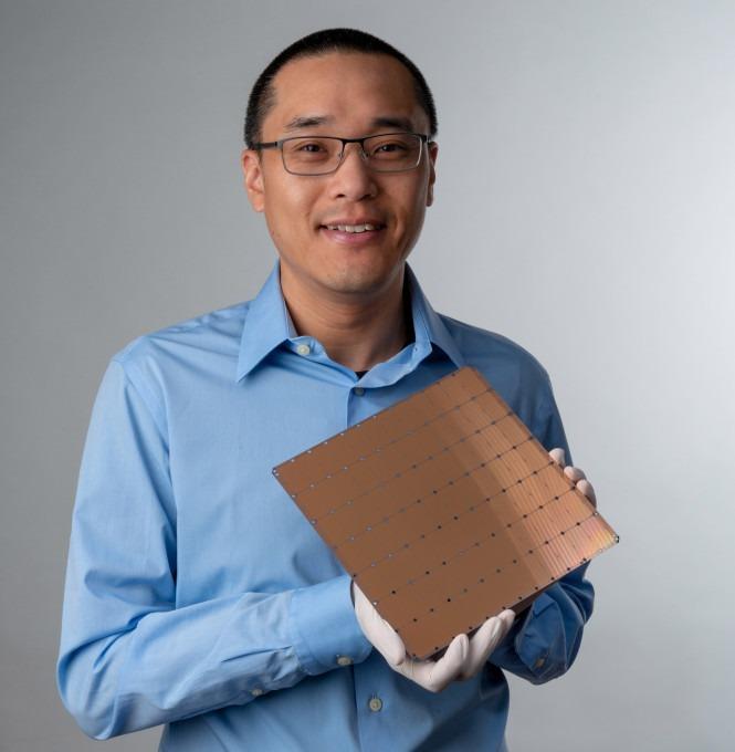 Hlava technického oddelenia s spoluzakladateľ Sean Lie s čipom Wafer Scale Engine.