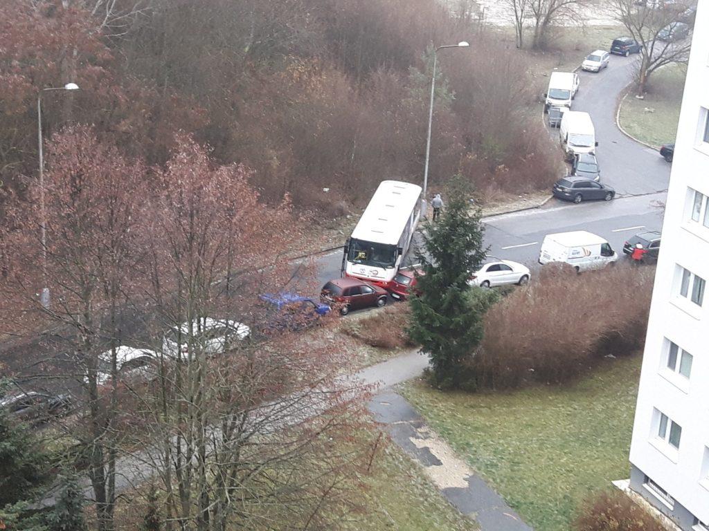 Skrížený autobus na Pieninskej ulici v Sásovej v dôsledku poľadovice, 2.12.2018