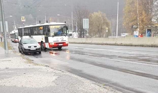 Odstavené vozidlá pri Námestí Ľ. Štúra - lepšie 2 hodiny počkať, než 2 dni vyklepávať plechy - poľadovica, Banská Bystrica, 2.12.2018